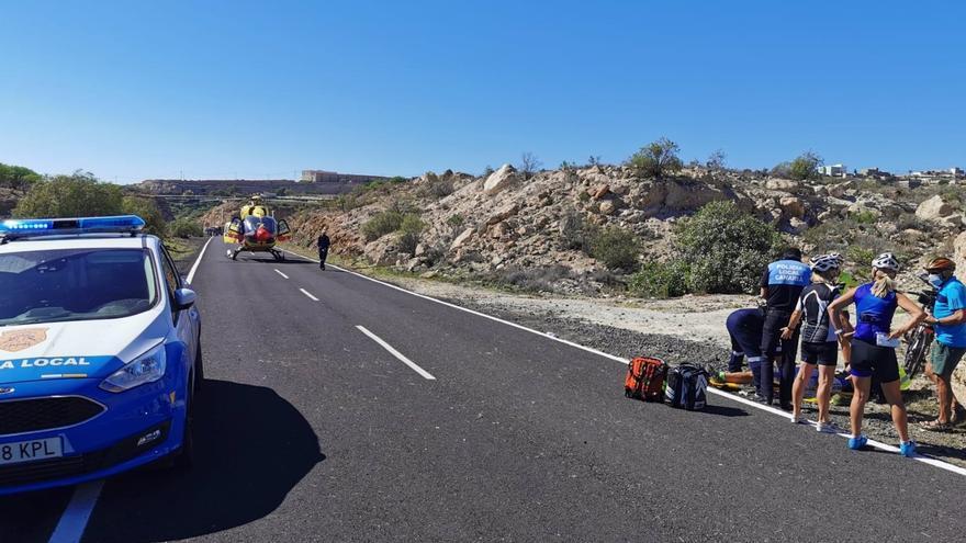 Un ciclista herido de gravedad tras chocar contra otro en Granadilla de Abona