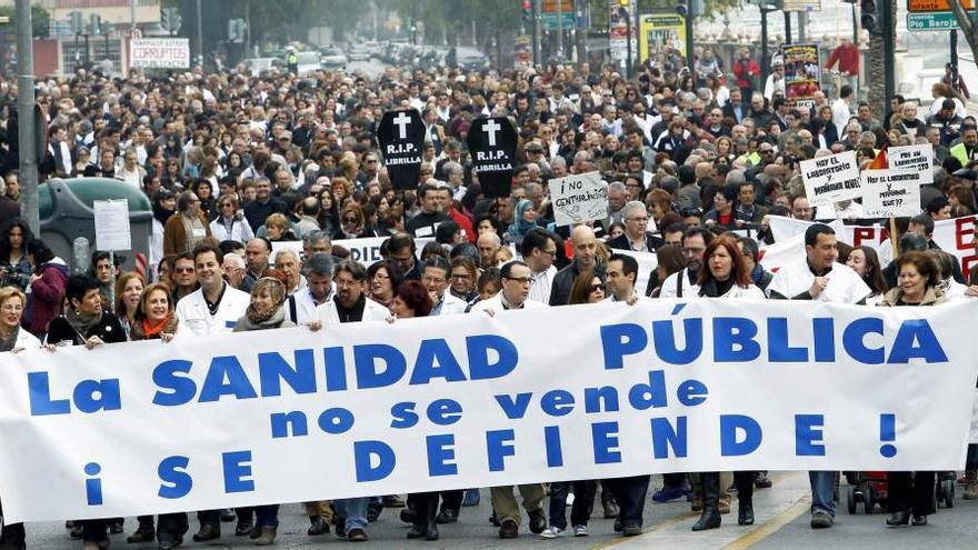 La Marea Blanca en su última manifestación por las calles de Murcia / Foto: Satse