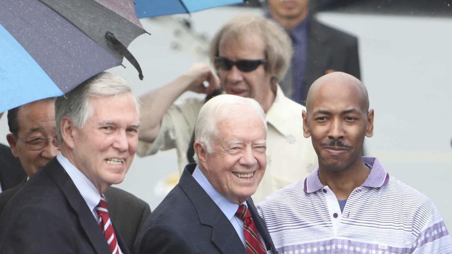 Aijalon Mahli Gomes, a la derecha, junto al expresidente de EEUU Jimmy Carter (centro), en agosto de 2010 tras ser liberado por Corea del Norte / AP Photo \ Gtresonline