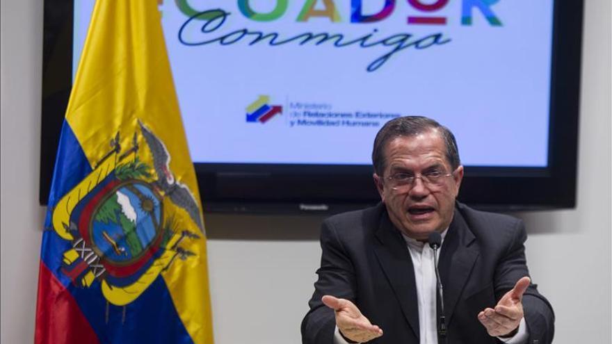 Canciller ecuatoriano busca mediar entre Venezuela y Colombia, dice Santos