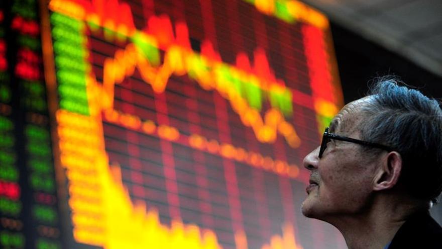 Shanghái abre en verde pero cae hasta perder un 0,05 % en primeros minutos