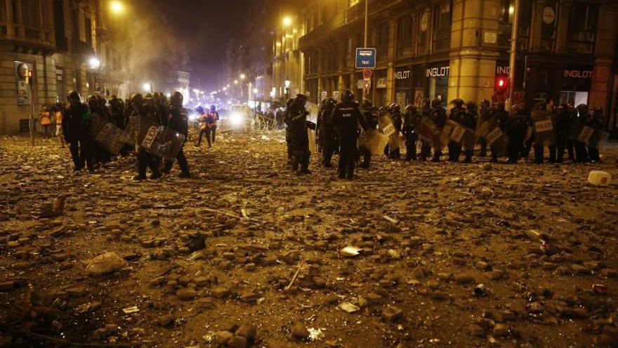 Los Mossos detienen a 54 personas y 18 agentes resultan heridos