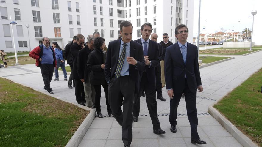 De la Serna y César Díaz, junto a otras autoridades, durante una visita a las viviendas de Primero de Mayo. | J.G.S.