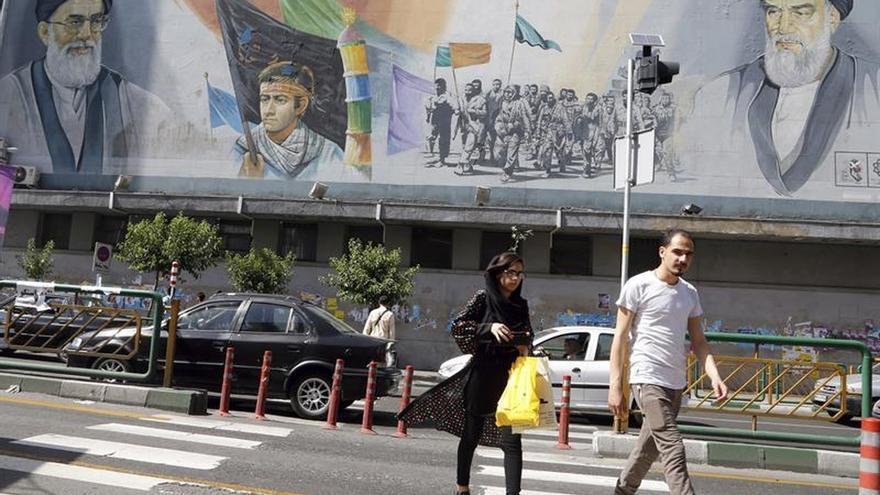 """Jameneí vota en unas presidenciales que determinan """"el destino"""" de Irán"""
