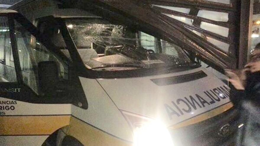 La puerta del parking del HUBU cae sobre una ambulancia / Foto cedida por la asociación Sanidad Pública Sí de Burgos