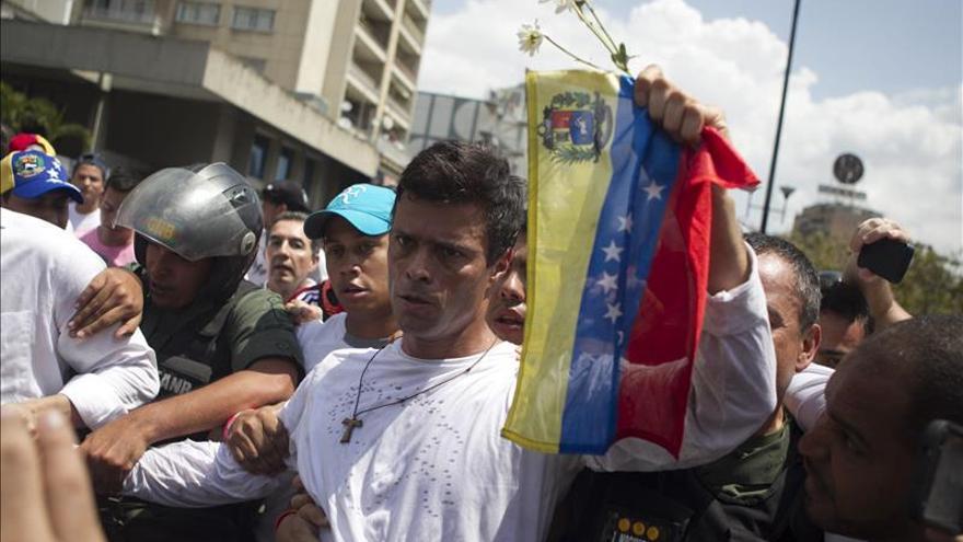 Imagen de archivo del 18 de febrero de 2014 del momento en el que el dirigente opositor venezolano Leopoldo López (c) se entrega a miembros de la Guardia Nacional (GNB, policía militarizada) en una plaza en Caracas (Venezuela).