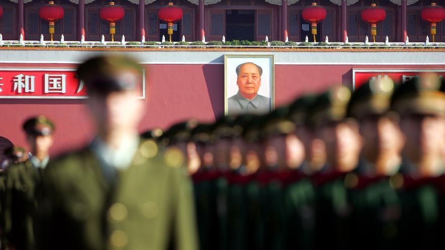 La imagen de Mao preside la ceremonia de conmemoración del final de la Segunda Guerra Mundial en la plaza de Tiananmen.