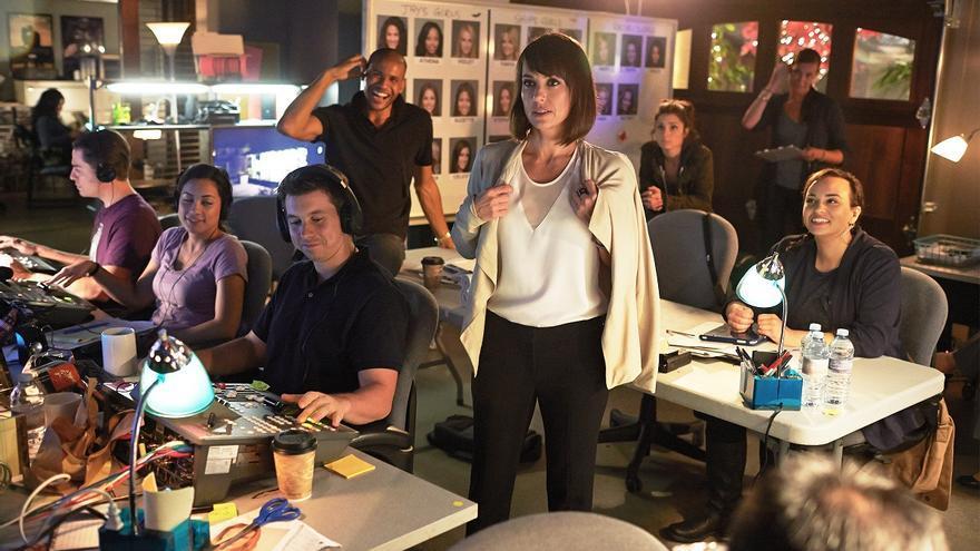 Quinn King (Constance Zimmer) en la sala de control