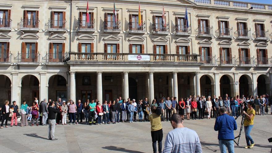 Un momento de la concentración de condena impulsada por el Ayuntamiento de Vitoria.