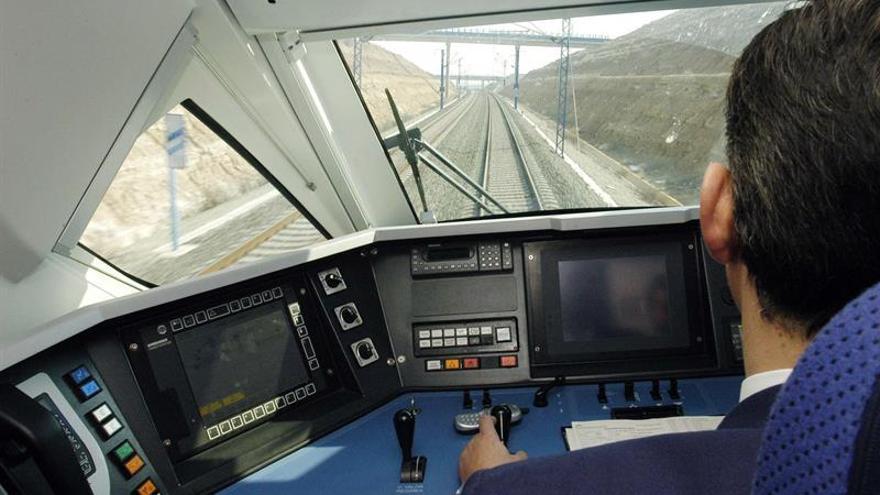 Vista de la cabina del conductor del tren español de alta velocidad, el AVE S-102