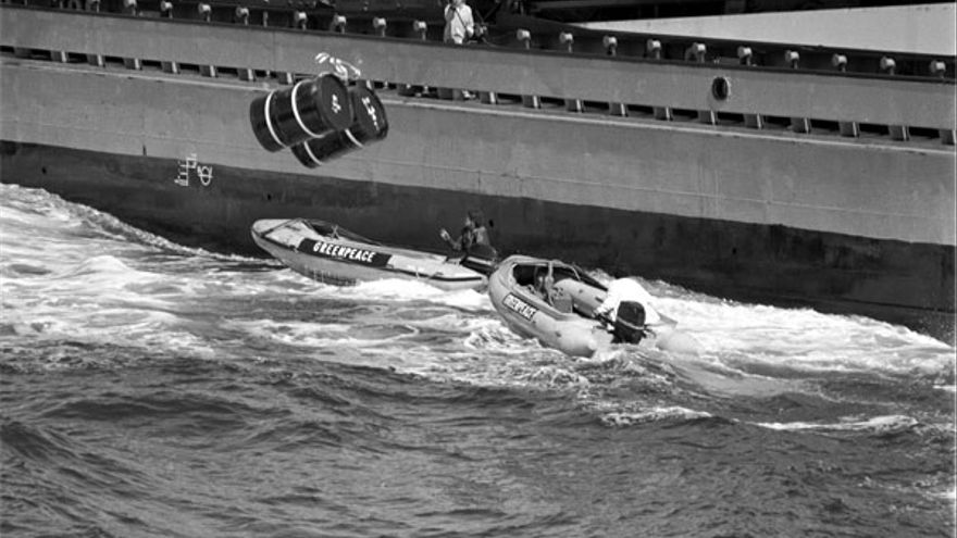 Activistas de Greenpeace entorpeciendo el vertido de los bidones en 1982