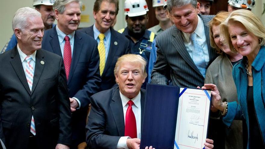 Trump presenta el decreto que acaba con la regulación de la minería del carbón aprobada por Obama.