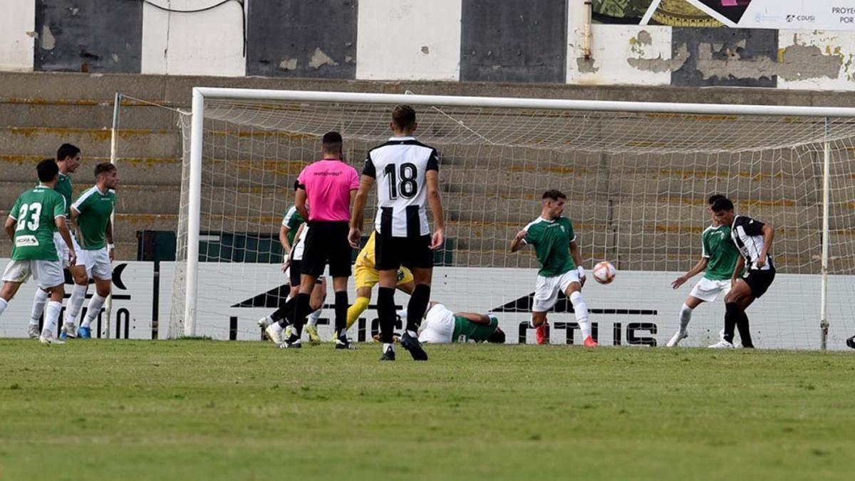 Acción del primer gol del Linense ante el Córdoba