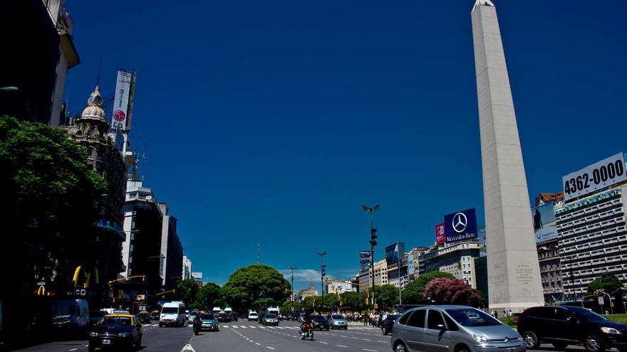 El Obelisco corona la intersección entre la Calle Corrientes y la Avenida Nueve de Julio, en Buenos Aires.