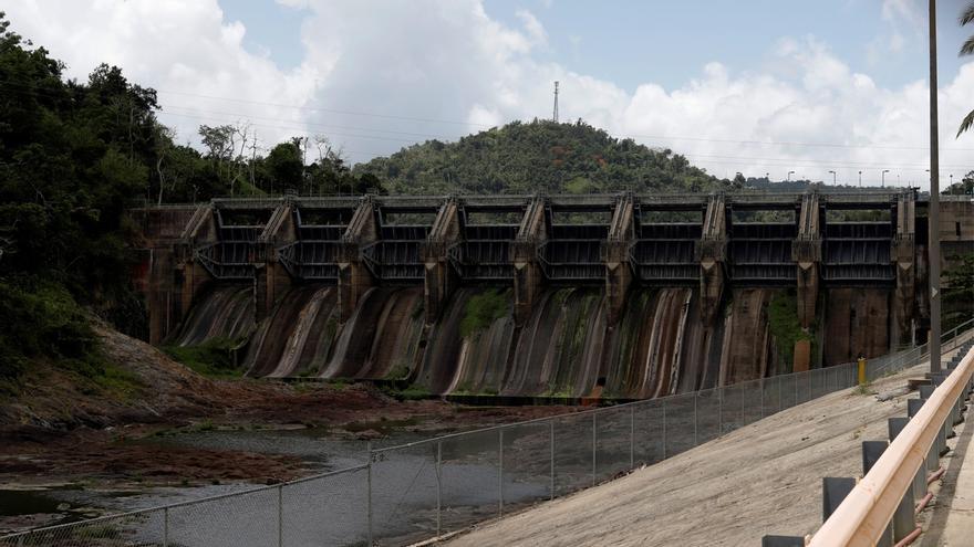 Vista del embalse de Carraízo sin agua este miércoles en el pueblo de Trujillo Alto, Puerto Rico.