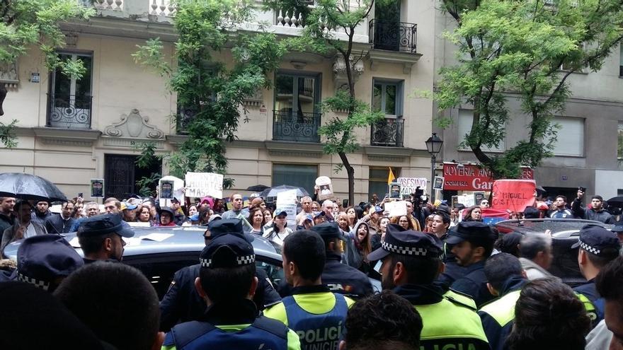 """Unidos Podemos, ERC y Bildu piden cuentas a Zoido y Dancausa en el Congreso por el """"cerco"""" a la embajada de Venezuela"""