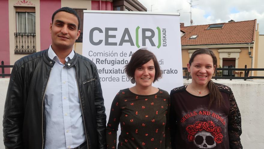 De izquierda a derecha, Hmednah Mahyub, Silvia Urquijo y Verónica Eglee en la sede de CEAR-Euskadi en Bilbao