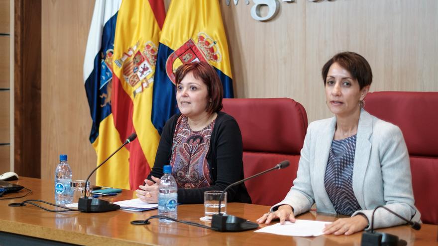 La consejera de Educación y Juventud, María Isabel Santana y la alcaldesa de Mogán Onalia Bueno