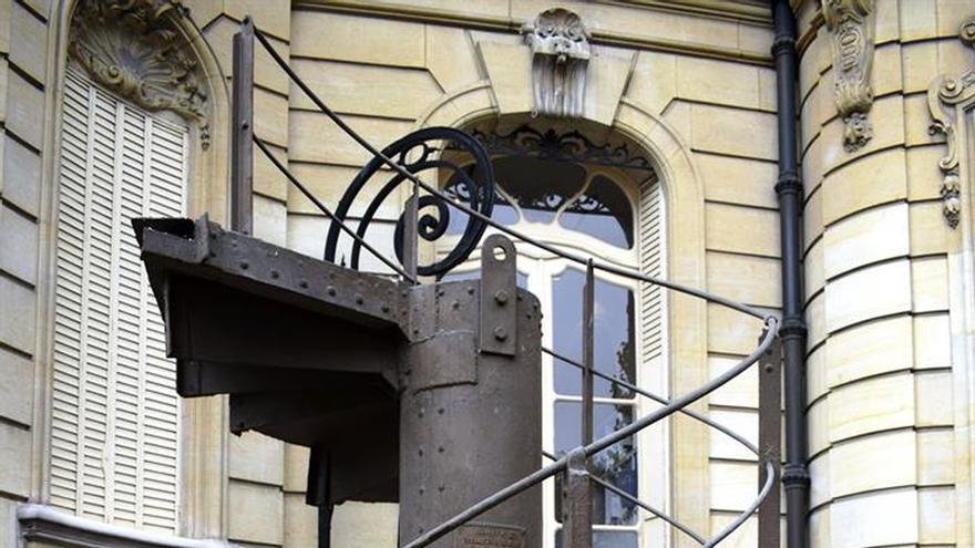 Un trozo de la escalera original de la torre Eiffel alcanza los 523.800 euros