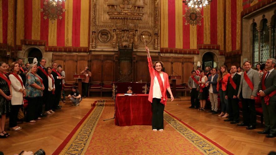 Ada Colau exhibe la vara de la ciudad convertida en alcaldesa / ENRIC CATALÀ