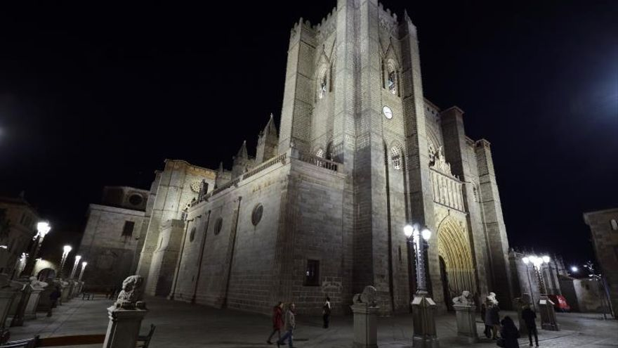 Desprendimiento leve de parte de una escultura en el cimorro de la seo de Ávila