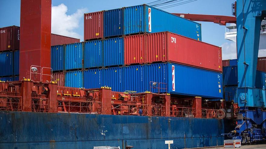 Contenedores de mercancía apilados en un puerto