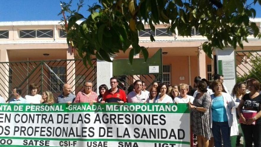 Concentración en el centro de salud de Cartuja contra la agresión a una profesional sanitaria