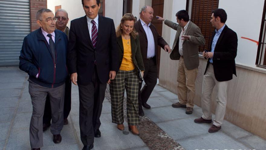 El alcalde, con vecinos, en la reapertura al tránsito de la calle Crucifijo   MADERO CUBERO