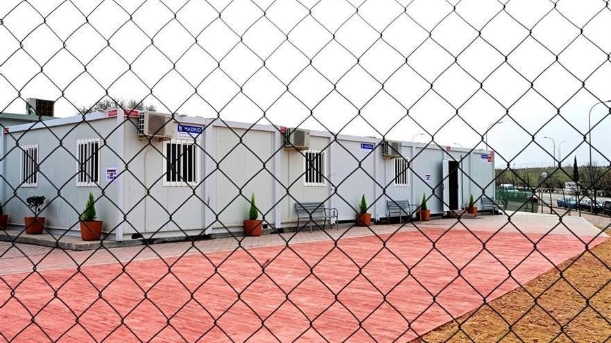 Vista general de los barracones del centro temporal de acogida para solicitantes de asilo construido en Vallecas, que este sábado empieza a recibir a las primeras personas.