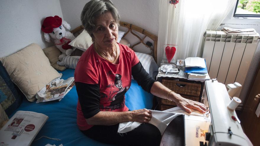 Yuca Gutiérrez cose en una habitación de su casa en el barrio santanderino de El Pilón.   Joaquín Gómez Sastre