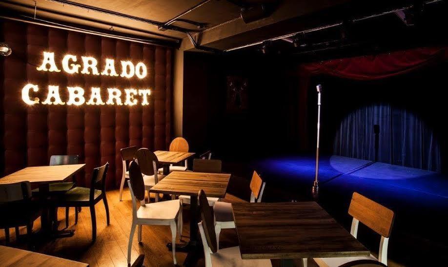 Escenario de Agrado Cabaret, en Loreto y Chicote