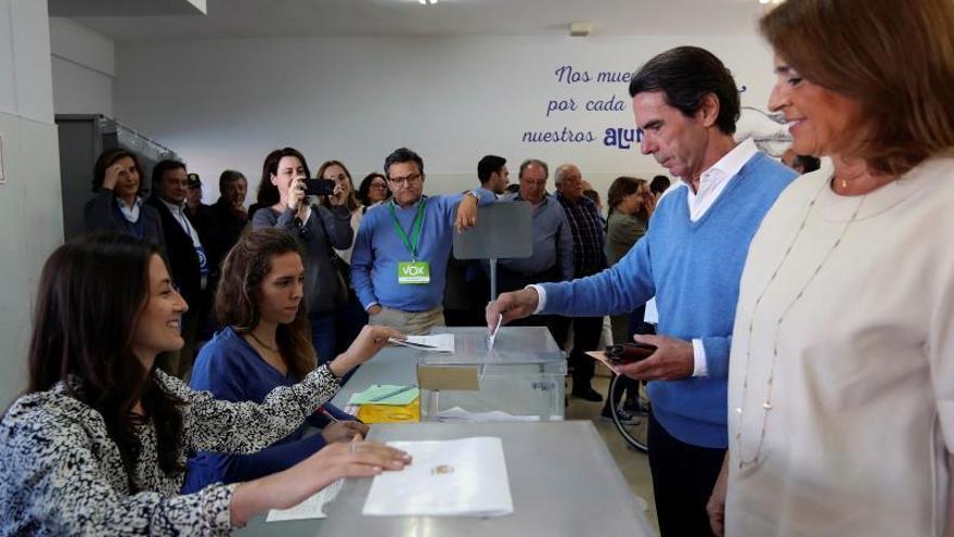 El expresidente Aznar vota en Pozuelo entre efusivos saludos de sus vecinos