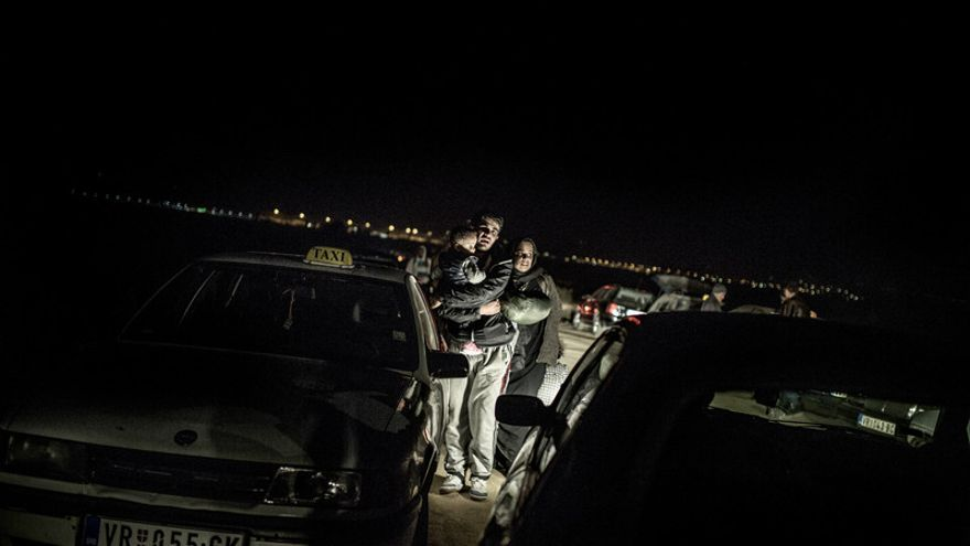 Por la noche, la gente llega desorientada, y el camino se llena de taxistas que tratan de ganar el máximo dinero posible a costa del cansancio y la falta de información de los recién llegados.   Pablo Tosco - Oxfam Intermón