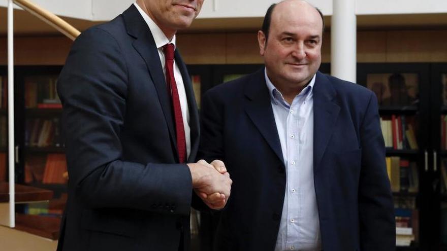 El presidente del Gobierno, Pedro Sánchez, y el del PNV, Andoni Ortuzar, en una imagen de archivo.