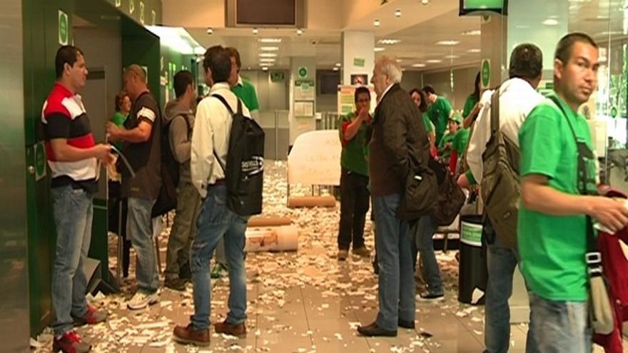 Activistas de la PAH ocupan 12 oficinas de Bankia en Cataluña contra los desahucios
