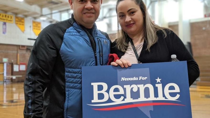 """Los simpatizantes de Bernie Sanders, Juan Manuel Murillo Pablo y su esposa Rosa Murillo, durante un evento de campaña este sábado en Sparks High School de Sparks, Nevada (EE. UU). Son las diez y cuarto de la mañana de un sábado en el Instituto de Secundaria de Sparks, un suburbio de Reno (Nevada). Hace apenas unos minutos que el colegio ha abierto para que se celebren los """"caucus"""" del Partido Demócrata, de los que está pendiente todo EE.UU. Y a esa hora, entre los más madrugadores, parece que solo haya un candidato: Bernie Sanders."""