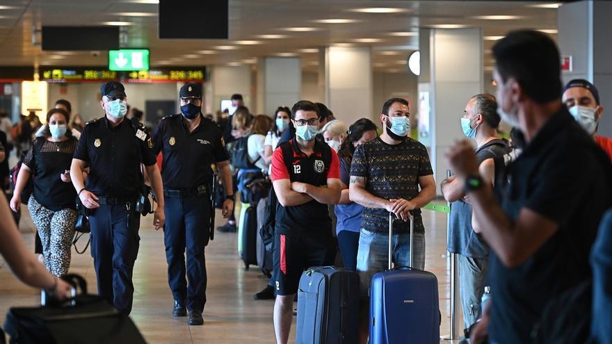 Pasajeros en la T-1 del aeropuerto de Barajas, que comienza a operar este miércoles y donde se realizarán controles sanitarios a los pasajeros que lleguen al aeropuerto.