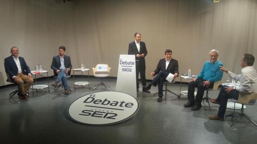 Calabuig, Peris, la silla que debía ocupar, el moderador, Giner, Ribó y Sanchis en el debate de la SER.