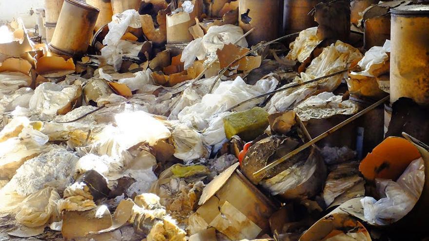 Parte del lindano acumulado dentro de la fábrica inquinosa. Foto: Ecologistas en acción.