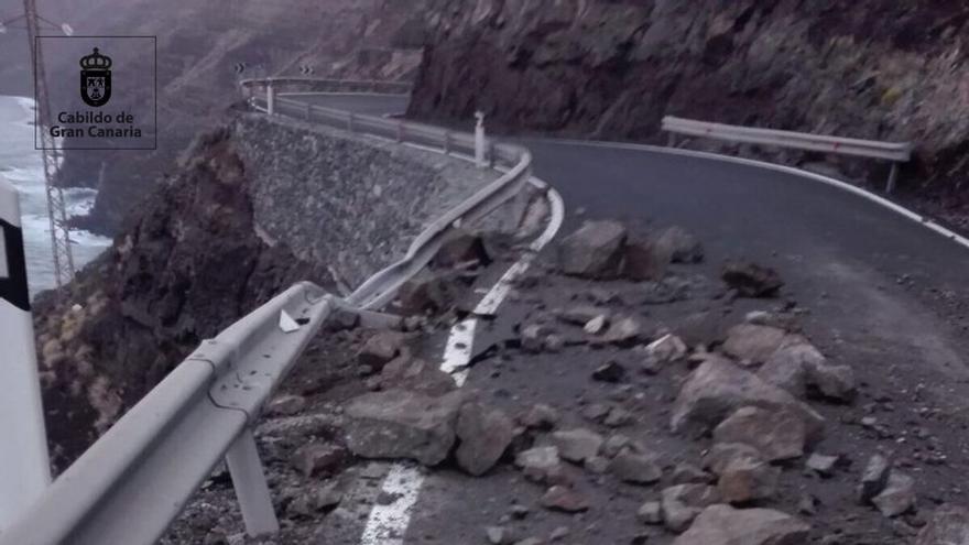 Desprendimientos en la GC-200 debido a las lluvias en Gran Canaria.