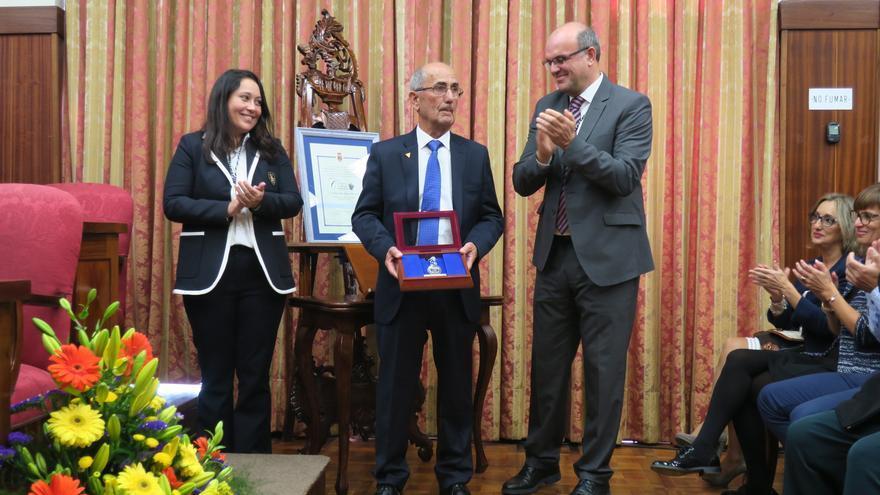 Carmen Brito, Domiciano Yanes y Anselmo Pestana en el acto de entrega de la medalla.