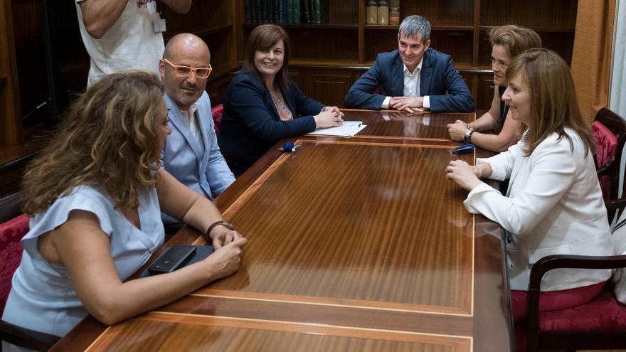 Fernando Clavijo, presidente de Gobierno de Canarias, estuvo acompañado por las consejeras de Empleo, Políticas Sociales y Vivienda, Cristina Valido, y de Política Territorial, Sostenibilidad y Seguridad, Nieves Lady Barreto.