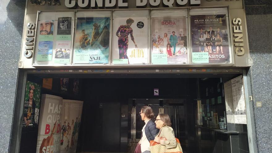 Entrada de los cines Conde Duque Goya, a punto de la extinción. / S.P