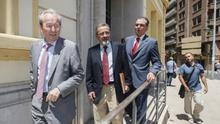 José Roca (izquierda), con Salvador Navarro (derecha) cuando la patronal de Castellón quebró. En el centro el último presidente de Cierval, José Vicente González.