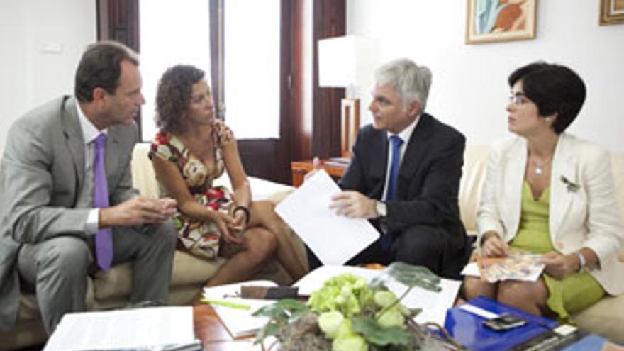 Óscar Hernández, Milagros Luis Brito, José Miguel Pérez y Carolina Darias, durante la reunión de este jueves. (QUIQUE CURBELO / VS3-ACN PRESS)