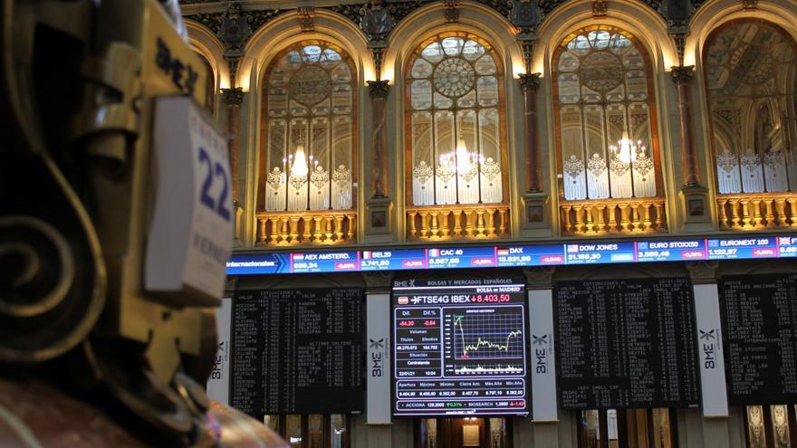 La bolsa española cae el 1,6 % y pierde los 8.000 puntos a mediodía
