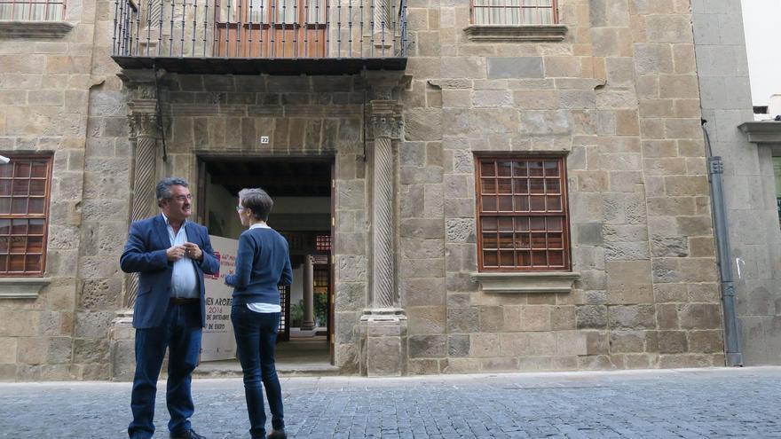 Primitivo Jerónimo y Nieves Luisa Cabrera junto a la fachada de la Casa Salazar.