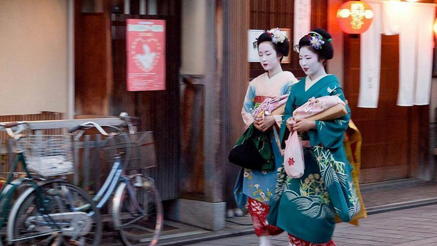 Dos 'maikos' (aprendices de 'Geisha') del distrito de Gion.