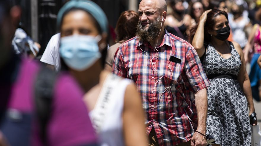 Un hombre pasea sin mascarilla por el centro de Madrid, durante el primer día en el que no es obligado su uso.
