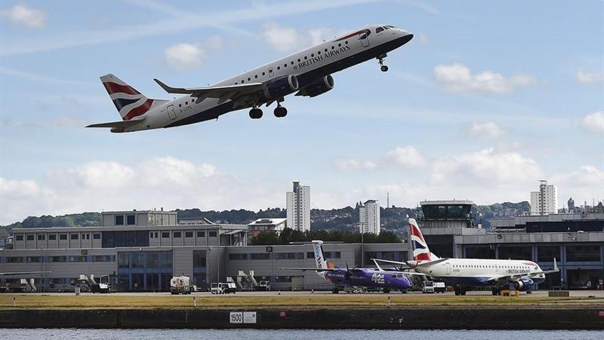 Suspenden vuelos en el aeropuerto de la City de Londres por una protesta